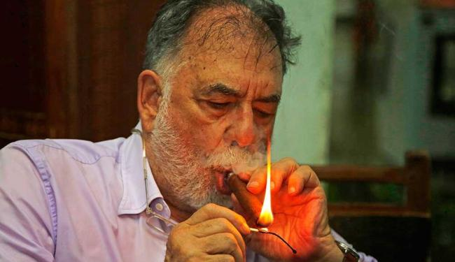 Coppola fumando um charuto cubano depois de almoçar com estudantes de cinema em Cuba - Foto: Desmond Boylan | AP Photo