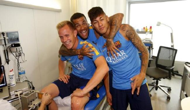 Em clima de descontração, Neymar e Daniel Alves se reapresentam no Barcelona - Foto: Miguel Ruiz   Divulgação   Barcelona