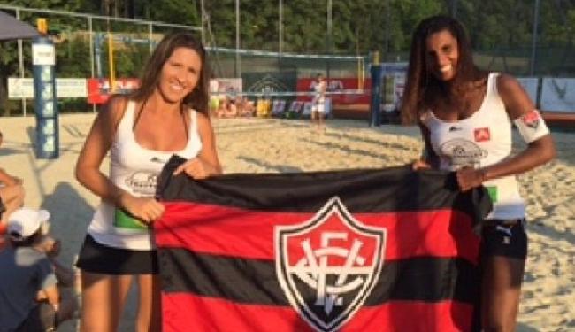 Munyk Menezes (à esquerda) e a Many Gleize fazem homenagem ao Vitória após terceiro lugar no Mundial - Foto: Divulgação   E.C. Vitória