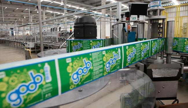 Área da linha de produção das Indústrias São Miguel que, dentre outros produtos, fabrica o refrigera - Foto: Mila Cordeiro | Ag. A TARDE
