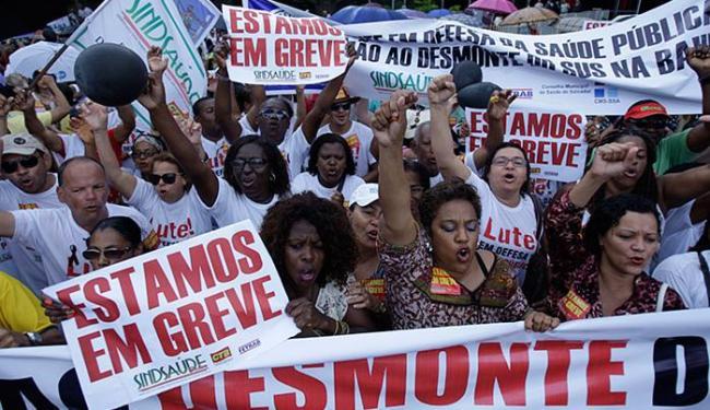Grupo de servidores da saúde estadual promoveu ato público no CAB na manhã desta quinta - Foto: Raul Spinassé l Ag. A TARDE