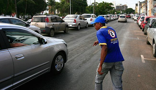 Guardador uniformizado atua em área de zona azul. Áreas públicas de estacionamento são alvo de estud - Foto: Fernando Amorim | Ag. A TARDE