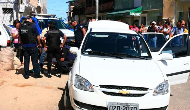 Carro que vítima estava foi fechado por criminosos - Foto: Edilson Lima | Ag. A TARDE