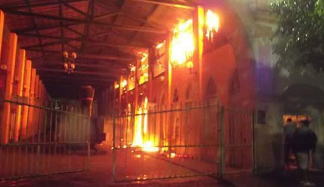 As chamas atingiram o lado direito do prédio e parte do telhado - Foto: Reprodução | Blog do Valente