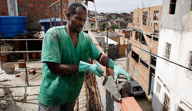 Joel Santana, pedreiro: 'A rede elétrica tem que ficar mais distante das residências' - Foto: Raul Spinassé l Ag. A TARDE