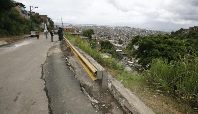 Região foi interditada após deslizamento de terra que prejudicou a mobilidade - Foto: Luciano da Matta | Ag. A TARDE | 07.02.2014