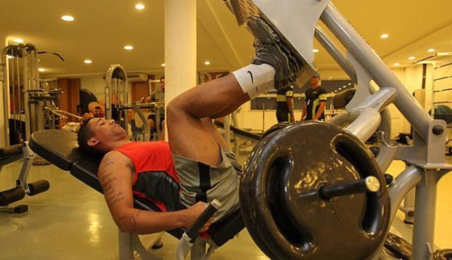 Leílson tem treinado na academia de seu condomínio - Foto: Eduardo Martins l Ag. A TARDE