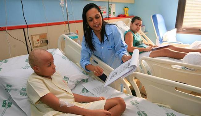 A professora Lidiane Moreira com Gabriel Alcantara: aula 'diferente' para crianças internadas em hos - Foto: Luciano da Matta l Ag. A TARDE