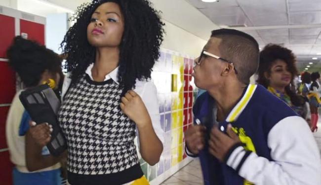 Lucas corteja uma garota da escola com cenário