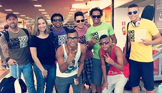 Juvan (camisa verde) e Ava (camisa amarela), com a banda e o empresário Guga Fernandes - Foto: Instagram | Reprodução