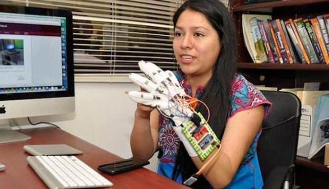 Helena Luna García usa luva que detecta os movimentos realizados pelo usuário com a mão - Foto: Reprodução | Facebook