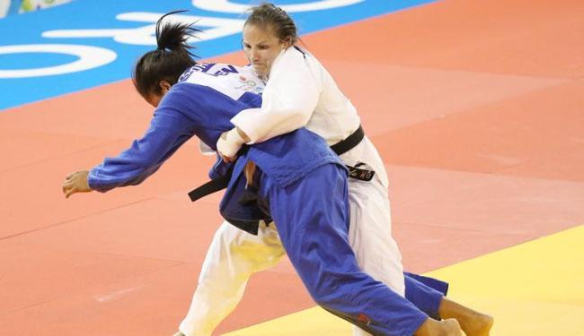 Semifinal judô feminino entre Maria Portela do Brasil (de azul) contra a Venezuelana Rodriguez - Foto: Agência Reuters