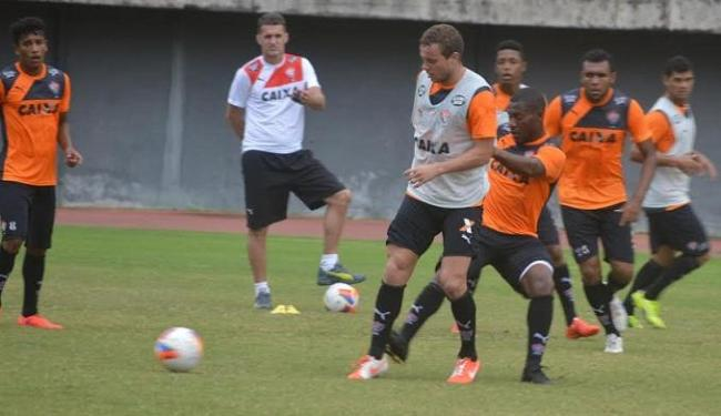 Marcelo Mattos (de colete cinza) participou de primeiro treino com a camisa do Vitória - Foto: Divulgação | E.C. Vitória