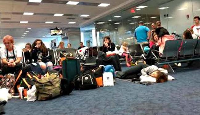 Brasileiros a espera de um novo embarque no aeroporto de Miami - Foto: Maíra Araújo   Cidadão Repórter   Via WhatsApp