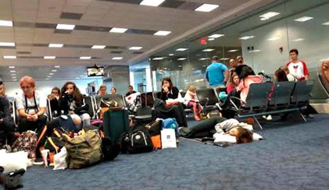 Passageiros tiveram que esperar no aeroporto de Miami pelo conserto da aeronave - Foto: Maíra Araújo | Cidadão Repórter | Via WhatsApp