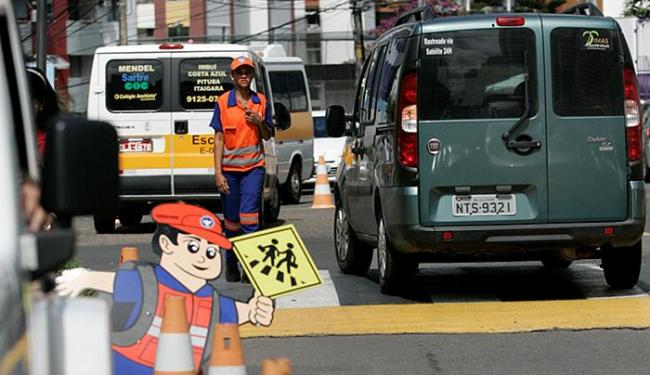 Motoristas estacionam em locais proibidos e dificultam circulação de pedestres - Foto: Adilton Venegeroles l Ag. A TARDE