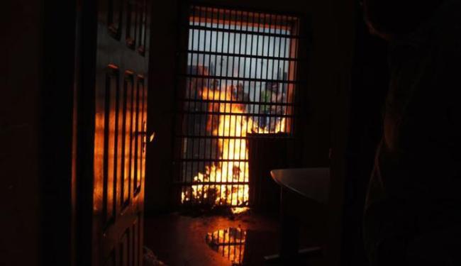 Detentos queimaram os colchões das celas - Foto: Reginaldo Spinola   Site Itambé Agora