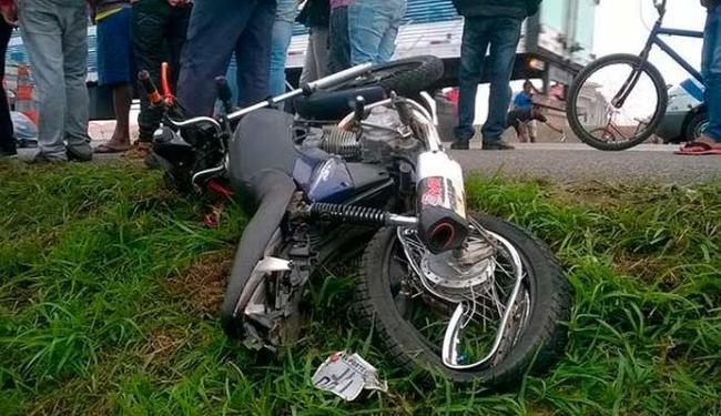 Motocilcenta ficou destruída após se chocar com caminhonete - Foto: Blog do Anderson