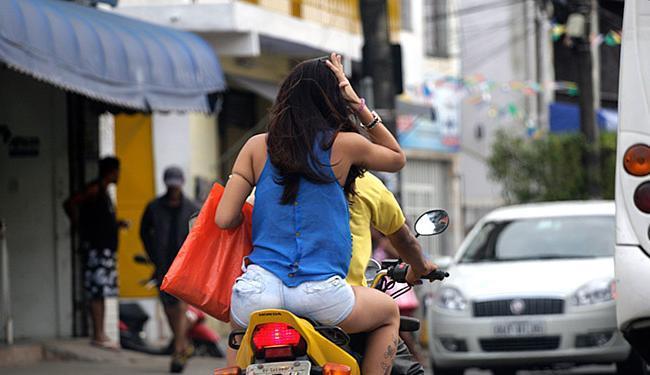 Passageira é conduzida sem o capacete, no IAPI - Foto: Fernando Amorim l Ag. A TARDE