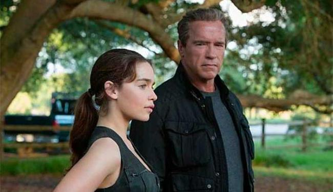 Emilia Clarke e Arnold Schwarzenegger em cena do filme