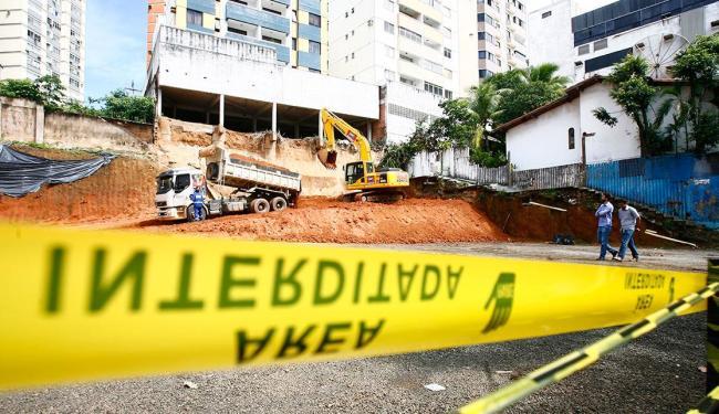 Obras de contenção na área onde funcionava um estacionamento iniciaram nesta quinta - Foto: Mila Cordeiro   Ag. A TARDE