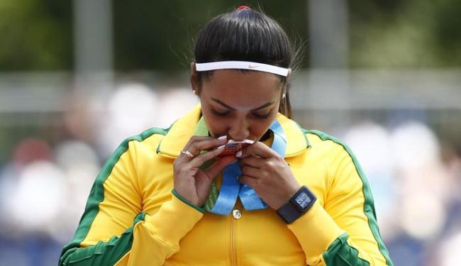 Emocionada, Juliana dos Santos beija medalha de ouro - Foto: Rob Schumacher-USA TODAY Sports   Reuters