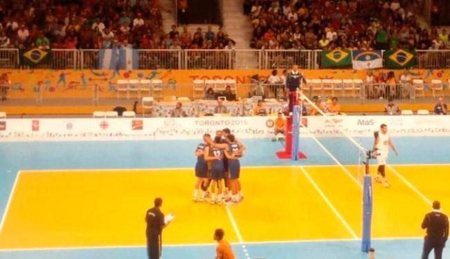 Brasil vence a Argentina por 3 sets a 0 em jogo da primeira fase do vôlei masculino no Pan 2015 - Foto: Reprodução | @TimeBrasil