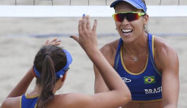 A dupla Lili e Carolina Horta comemoram mais um vitória no Pan e mantém 100% de aproveitamento - Foto: Washington Alves | Divulgação | COB