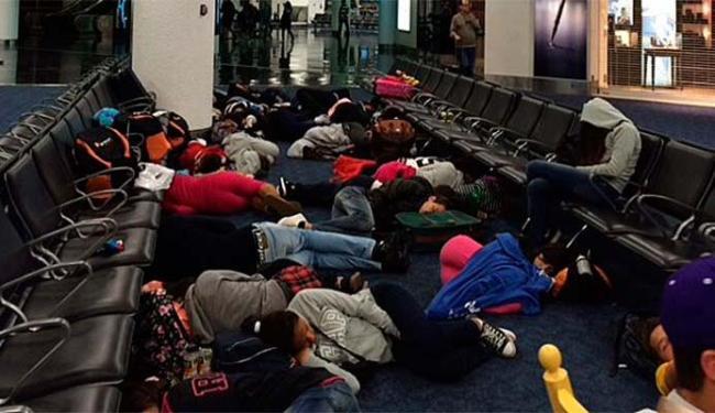 Passageiros dormem no aeroporto de Miami à espera de voo - Foto: Bianca Valadares   Via WhatsApp