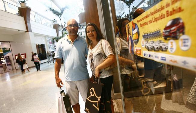 O médico Paulo Dantas e a pedagoga Ana Cláudia Almeida se surpreenderam com as ofertas - Foto: Mila Cordeiro | Ag. A TARDE | 03.07.2015