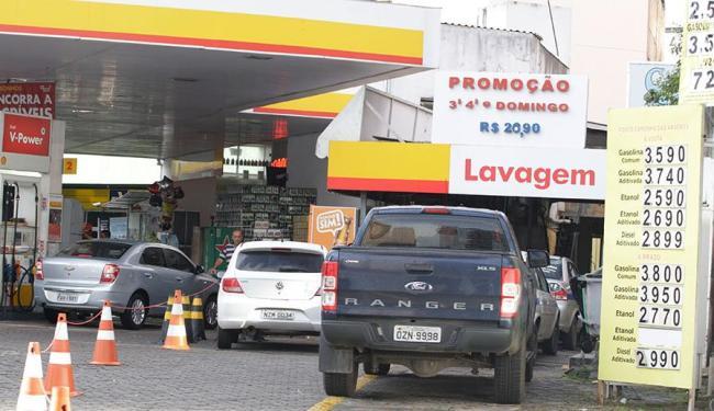 Preço da gasolina varia entre R$ 3,44 e R$ 3,59 nos 10 postos pesquisados por A TARDE - Foto: Edilson Lima | Ag. A TARDE