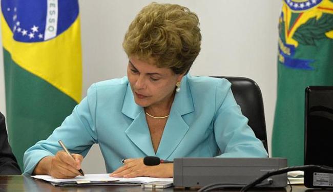 Presidenta Dilma Rousseff assina Medida Provisória que cria Programa de Proteção ao Emprego - Foto: Wilson Dias l Agência Brasil