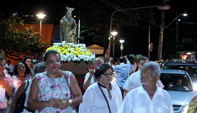 Procissão de católicos transitou pela orla do bairro do Rio Vermelho e retornou para a paróquia - Foto: Fernando Vivas l Ag. A TARDE