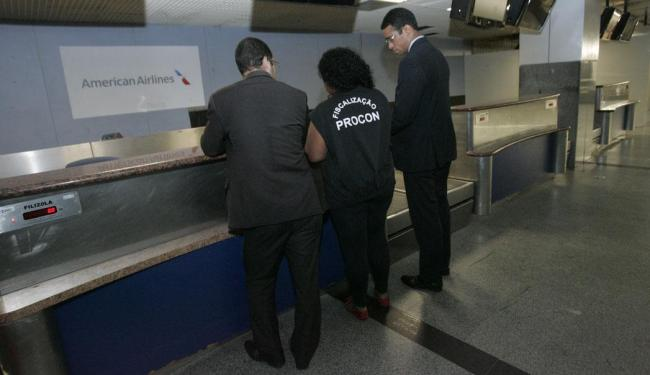 Agentes do Procon-BA no balcão da American Airlines no aeroporto de Salvador - Foto: Margarida Neide | Ag. A TARDE