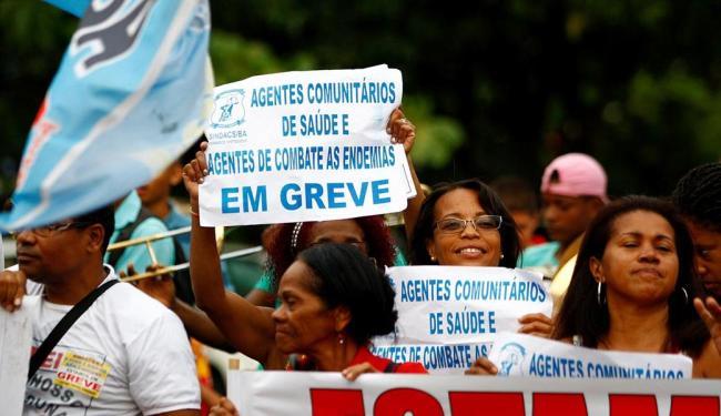 O ato reuniu cerca de 70 pessoas que caminharam desde o Iguatemi a região da Tancredo Neves - Foto: Fernando Vivas | Ag. A TARDE