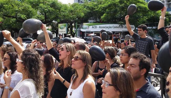 Servidores fizeram protesto no Comércio - Foto: Eduardo Muniz   Foto do leitor   @reiki_eduardo