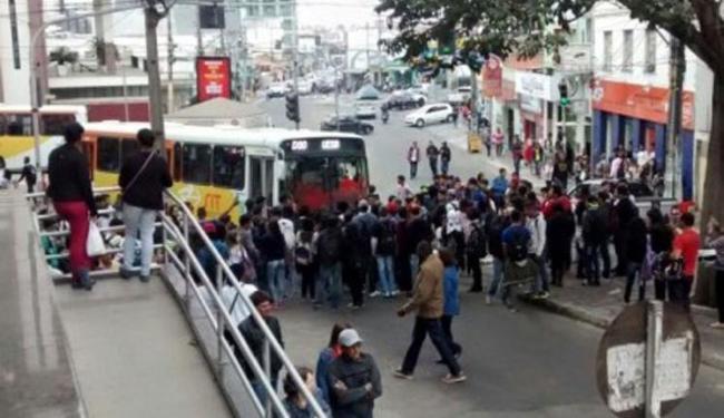 Estudantes bloquearam a pista e impediram a passagem de ônibus - Foto: Reprodução | Blog do Anderson