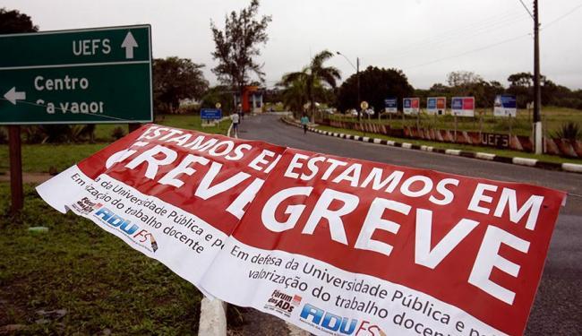 Professores fecharam as BR-116, BR-101 e BR-415 na manhã desta quinta-feira - Foto: Luiz Tito | Ag. A TARDE