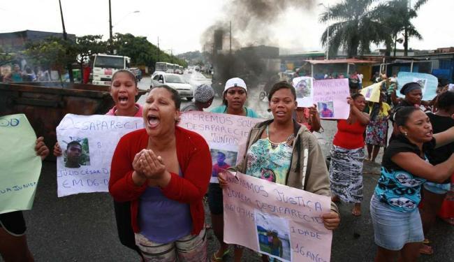 Família afirma que jovem foi abordado por 4 homens encapuzados na porta de casa - Foto: Raul Spinassé | Ag. A TARDE