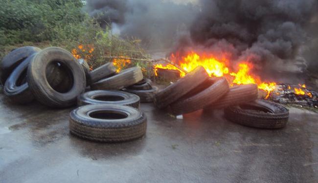 Manifestantes usaram pneus queimados para obstruir a pista - Foto: Reprodução | Site Bahiana Mida