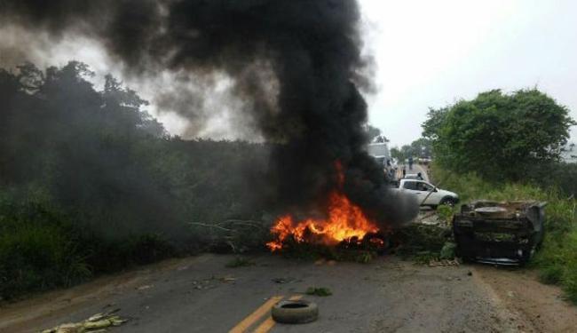 Os manifestante usam pneus e galhos para bloquear a pisa - Foto: Reprodução | Site voz da Bahia