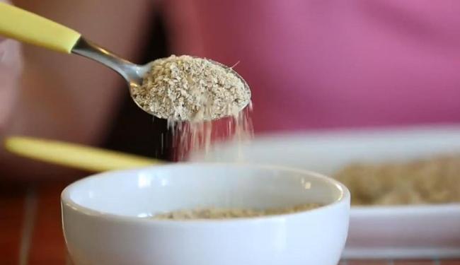 A quinoa pode ser consumida em flocos em sucos e outros alimentos - Foto: Reprodução   Vídeo   SambaAds