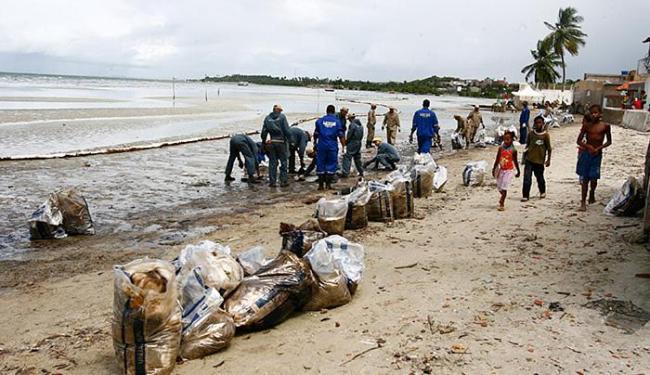 Óleo que vazou da refinaria, na localidade de Caipe, formou uma extensa mancha no mar - Foto: Luciano da Matta   Ag. A TARDE