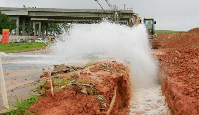 Muita água foi desperdiçada após rompimento de tubo na avenida Paralela no último dia 3 - Foto: Luciano da Matta | Ag. A TARDE | 3.7.2015