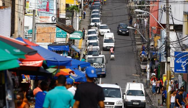 Rua dos Barris no entorno dos shoppings Piedade e Center Lapa: trânsito agitado - Foto: Fernando Vivas | Ag. A TARDE