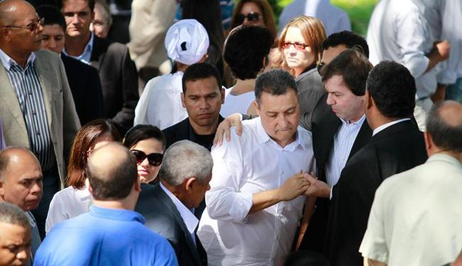 Rui Costa foi consolado durante enterro do pai - Foto: Raul Spinassé   Ag. A TARDE