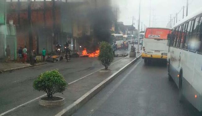 Os moradores impediram a passagem dos veículos durante protesto na avenida - Foto: Foto do Leitor I Via Whatsapp I Cidadão Repórter