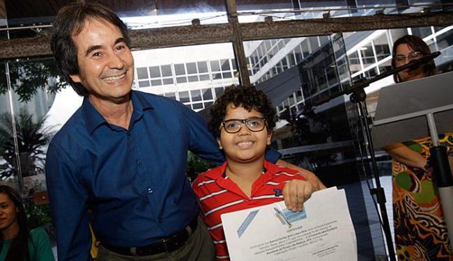 Feliz com a distinção, Samuel Dantas, 7 anos, diz que vai doar os livros recebidos - Foto: Margarida Neide l Ag. A TARDE