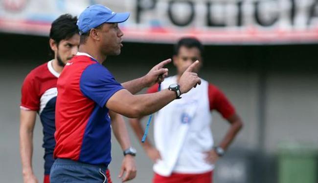 Sérgio Soares ajeita o time durante treino em Pituaçu - Foto: Felipe Oliveira | E.C. Bahia
