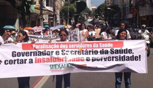 O grupo protesta em defesa da saúde pública no centro de Salvador. - Foto: Foto: Divulgação